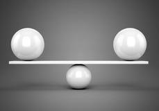 Witte glanzende ballen evenwichtig op plank Royalty-vrije Stock Foto