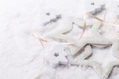 Witte glanzende sterren op sneeuw Stock Afbeeldingen