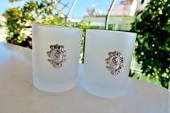 Witte glazen voor verschillende dranken, glazen op de lijst royalty-vrije stock foto's