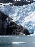 Witte gletsjer en zwarte rotsen Stock Afbeelding