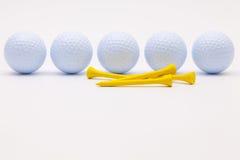 Witte golfballen en houten T-stukken op de witte achtergrond royalty-vrije stock foto's