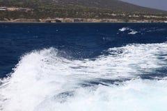 Witte golven van een jacht op een donkerblauwe overzees Royalty-vrije Stock Foto