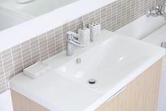 Witte gootsteen in badkamers Stock Afbeeldingen