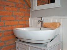 Witte grijze badkamers met gootsteen Stock Afbeeldingen