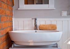 Witte grijze badkamers met gootsteen Stock Foto's