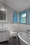 Witte grijze rustieke badkamers met venster Stock Foto