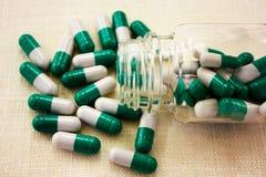 Witte groene capsules Stock Afbeeldingen