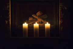 Witte grote kaarsen die zich op de open haard bevinden Royalty-vrije Stock Fotografie