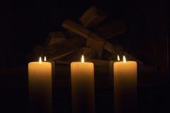 Witte grote kaarsen die zich op de open haard bevinden Stock Fotografie