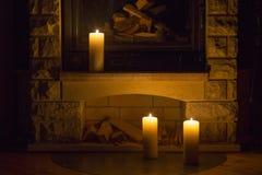 Witte grote kaarsen die zich op de open haard bevinden Royalty-vrije Stock Afbeelding
