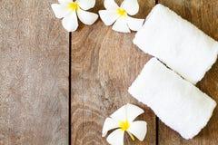 Witte handdoek met witte bloem op uitstekende houten achtergrond royalty-vrije stock afbeelding