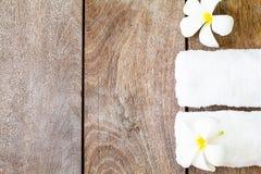 Witte handdoek met witte bloem op uitstekende houten achtergrond royalty-vrije stock afbeeldingen