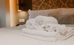 Witte handdoekdecoratie op bed in het binnenland van de bedruimte stock foto