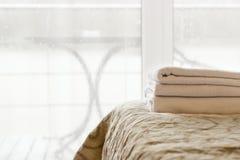 Witte handdoeken op het bed Royalty-vrije Stock Foto's