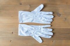 Witte handschoen op houten lijst stock afbeeldingen