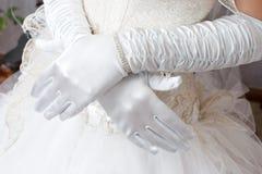 Witte handschoenen op de handen Stock Foto