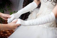 Witte handschoenen op de handen Stock Fotografie
