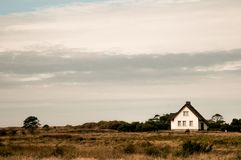 Witte Hause in de duinen stock foto