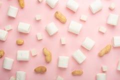Witte heemst, met stukken van suiker, en noten op een roze achtergrond De capaciteit om als achtergrond, het concept te gebruiken stock foto's