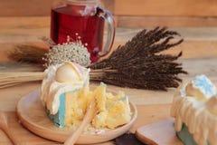 Witte heerlijke roomcake en de mengelingssoda van het drank rode water Royalty-vrije Stock Afbeeldingen