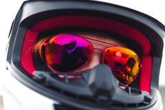 Witte helm en rode zonnebril Fietsermeisje die een motorfietsuitrusting, beschermende kleding, materiaal, close-upportret dragen royalty-vrije stock foto's