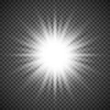 Witte het gloeien lichte uitbarstingsexplosie op transparante achtergrond Heldere gloedeffect decoratie met straalfonkelingen Stock Afbeeldingen
