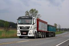 Witte het Vervoervrachtwagen van de MENSENkorrel op de Weg Royalty-vrije Stock Foto's