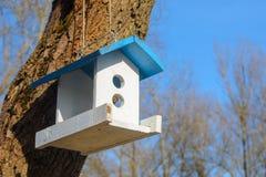 Witte het voeden trog voor vogels met blauw dak Stock Foto's
