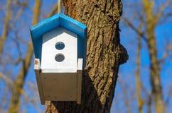 Witte het voeden trog voor vogels met blauw dak Stock Foto