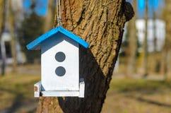Witte het voeden trog voor vogels met blauw dak Royalty-vrije Stock Fotografie
