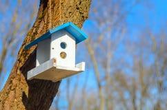 Witte het voeden trog voor vogels met blauw dak Stock Afbeelding