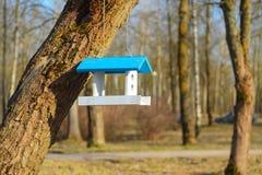 Witte het voeden trog voor vogels met blauw dak Stock Fotografie