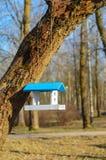 Witte het voeden trog voor vogels met blauw dak Royalty-vrije Stock Foto