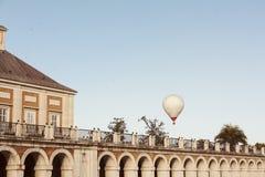Witte hete luchtballons die in de hemel, naast het Paleis vliegen van Stock Fotografie