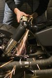 Witte hete metaalvonken van molen die van fietskader stuiteren Stock Afbeelding