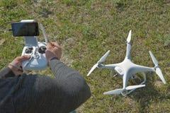 Witte hommel met digitale camera die in hemel over berghommel vliegen met hoge resolutie digitale camera De exploitant bouwt dron royalty-vrije stock fotografie