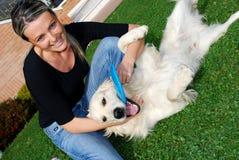 Witte hond en gelukkig meisje Stock Afbeelding