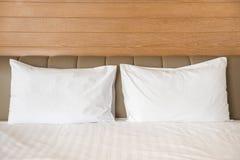 Witte hoofdkussens op een bed stock foto's
