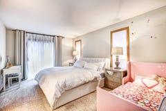 Witte hoofdslaapkamer met tufted koninginbed en Royalty-vrije Stock Afbeelding