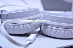Witte hoofdtelefoonsclose-up royalty-vrije stock afbeelding