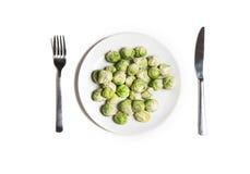 Witte hoogste mening van dieet de vegetarische foodon Babyspruitjes op een plaat met vork en mes Stock Afbeeldingen