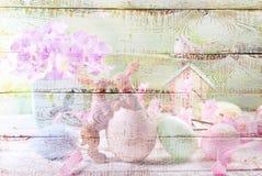 Witte houten achtergrond met kleurrijk Pasen-patroon stock fotografie