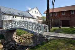 Witte houten brug op oud stadspark royalty-vrije stock afbeelding