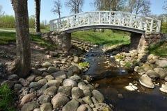 Witte houten brug op stadspark royalty-vrije stock foto