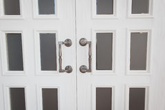 Witte houten deur met metaalhandvatten Royalty-vrije Stock Foto