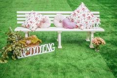 Witte houten die zetel voor huwelijk wordt verfraaid stock foto's
