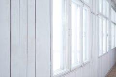 Witte houten muur met oude vensters Stock Afbeelding