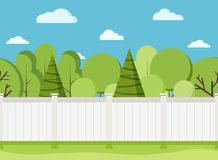 Witte houten omheining met bomen Moderne landelijke witte omheining met groen gras stock illustratie