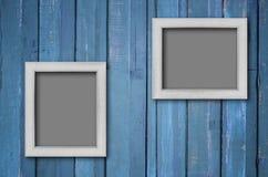 Witte houten omlijsting op Blauwe muur stock afbeelding