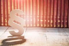 Witte houten paragraaf het symbool van wet stock afbeeldingen